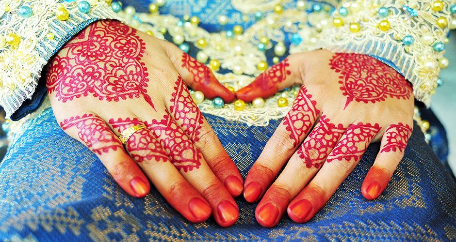 red henna hands